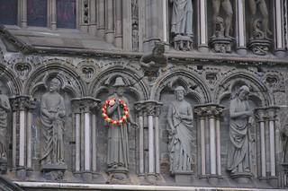 Heiligenbeeld met krans op Nidarosdomen