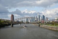 2017 Deutschherrnbrücke mit Skyline von Frankfurt (mercatormovens) Tags: frankfurt frankfurtammain skyline brücke main mainufer wolkenkratzer city schiff deutschherrnbrücke