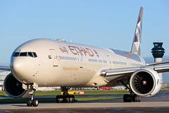 DSC_6336 (Leechy8) Tags: manchesterairport manchester southside takeoff runway sunny aircraft aeroplane etihad boeing b777 boeing777