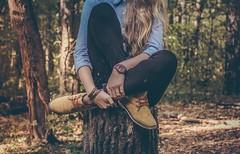 Chica árbol (Valua Travel) Tags: chica bosque árbol sentada botas horizontal