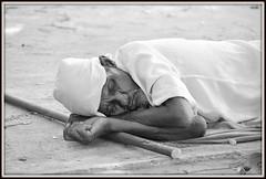 Une sieste sur le trottoir. (scoubidou13) Tags: homme man asie asia srilanka srilankan blackandwhite noiretblanc rue street streetlive