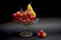 Frutero . ----------- In explore - (valorphoto.1) Tags: selecciónvp frutero uvas pera luz interior fondooscuro natural naturalezasmuertas stilllife frutas photodgv