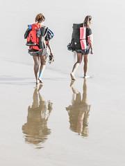 ... Caminantes, no hay camino ... (Lanpernas .) Tags: caminantes walkers walking orilla turistas mujeres chicas mujer donna laconcha playa beach reflejos
