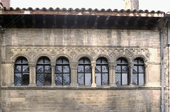 Cluny (Saône et Loire) (Cletus Awreetus) Tags: france bourgogne saôneetloire cluny maison façade artroman architecture fenêtre