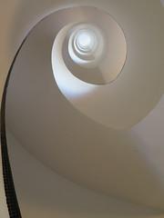 Immeuble de rapport (1928-1929) - 7 rue Méchain, Paris XIVe (Yvette G.) Tags: paris paris14 75 îledefrance architecture immeuble malletstevens années20 escalier spirale escalierhélicoïdal émauxdebriare