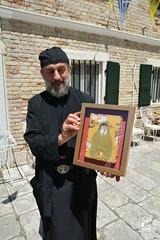На иконе преподобного Паисия, помещенной в улей, пчелки оставили без сот лик и ручки!