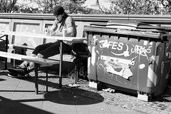 rest(mull) (hydRometra) Tags: ragazzo guy deutschland strada street people city francoforte 35mm town bin panchina frankfurtammain germaniagermany città bn cassonetto fucile bench bw persone