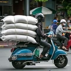 (seua_yai) Tags: asia southeastasia thailand bangkok people street candid bangkok2017 motorcycle motorbike wheels
