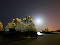 Noche de luna (jantoniojess) Tags: portimao playa portugal algarve moon moonlight luna noche longexposure night panasoniclumixlx100 beach reflejosenelagua reflections