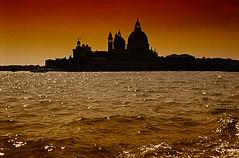 Venezia (gianclaudio.curia) Tags: venezia italia laguna tramonto controluce diapositiva canon canonae1 kodacrome kodak e6 sviluppo tank dia