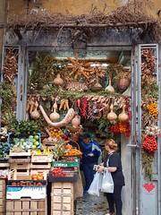 Colore e calore di Napoli (maresaDOs) Tags: napoli campania italia ottobre colore negozio fruttafresca frutta verdura people tradizione couleur color cor fruttivendolo fruta fruit