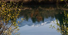 Eaux calmes... (J&S.) Tags: france hautesavoie taninges montagne lac vernay reflet eau calme automne matin soleil
