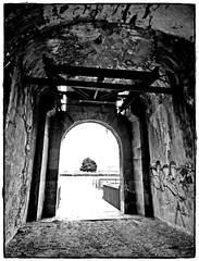 -3- Intérieur de l'entrée principale où l'on remarque les deux bras de l'ancien pont-levis (Louis Tosser) Tags: france bretagne finistère brest fort vauban architecture militaire pierre granite histoire