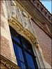 Fenêtre et frises sculptées au-dessus et en-dessous de la fenêtre de la Casa Xanxo (bleumarie) Tags: centrevilledeperpignan centrevillehistorique centreville fujifinepix mariebousquet mididelafrance photobleumarie septembre2017 suddelafrance catalogne languedocroussillon méridional perpignan pyrénéesorientales quartier roussillon urbain ville