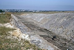 Moving track in Lodge Quarry at Irchester (TrainsandTravel) Tags: england angleterre ironstone ironore pierredefer eisenstein quarry carriere steinbruch northamptonshire irchester lodgequarry nordbergtrackshifter