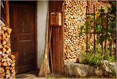... La Valle Aurina ... (Augusta Onida) Tags: porta door legno wood scopa broom girasole fiore flower sangiovanniinvalleaurina