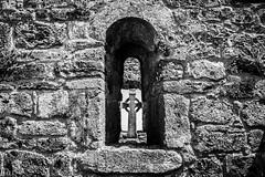 Clonmacnoise. Shannonbridge. Through the window (guigonliz) Tags: clonmacnoise shannonbridge monastery cluainmhicnóis offaly athlone ireland irlanda irland アイルランド irlande baile áthacliath éireann eire éire república de republic chathair europa europe european life vida vita vie 生活 nikon d5200 roca paisaje postal 湖 religió religion religione 宗教 catedral 大聖堂 cathédrale duomo church iglesia esglèsia 教会 église chiesa gothic gótico gòtic gothique ゴシック medieval ossory cashel flickr arquitectura celtic celta antigüedad ruinas blackandwhite blancoynegro window ventana