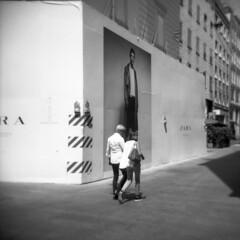 Milano (Valt3r Rav3ra - DEVOted!) Tags: holga holgacfn lomo lomography toycamera plasticcamera medioformato milano mediumformat 120 6x6 film analogico analogica analog analogue bw biancoenero blackandwhite ilford ilfordfp4 streetphotography street valt3r visioniurbane valterravera