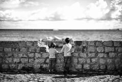 Les deux frères (Mathieu HENON) Tags: leica m240 noctilux 50mm noirblanc monochrome blackwhite ibiza espagne eivissa remparts enfants frères