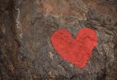 petit coeur rouge sur un rocher (bulbocode909) Tags: coeurs rochers rouge valais suisse
