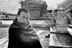 Wutong Si 02 (siggi.martin) Tags: asien asia china osttibet easterntibet kloster monastery klosterhof monasterycourtyard mann man männer men mönch monk mönche monks augen eyes blick look kalt cold