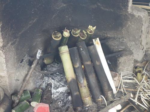 Le riz est cuit au feu de bois dans des bambous