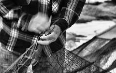 DSC_8607_fazer rede bw (ahcravo gorim) Tags: xávega torreira mãos mar afectos malhas ahcravo gorim