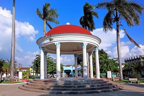 Parque de Guanajay con la Glorieta rodeada de 8 Palmas Reales(Roystonea regia) que recuerdan a los 8 Estudiantes de Medicina fusilados en 1871.