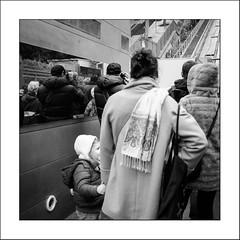 Attendre le funiculaire... (Panafloma) Tags: 2017 famille france géographie montmartre nadine nadinebauduin natureetpaysages objetselémentsettextures paris personnes refletsmiroir techniquephoto textureseffets végétaux enfant funiculaire photoderue province streetphoto streetphotography fr