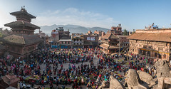 Bhaktapur, Népal (Pascale Jaquet & Olivier Noaillon) Tags: briques place religionhindouisme ambiance commerçants boiseries décoration architecturenewari panorama1 scènederue vuedensemble temple sculptures bhaktapur valléedekatmandou népal npl