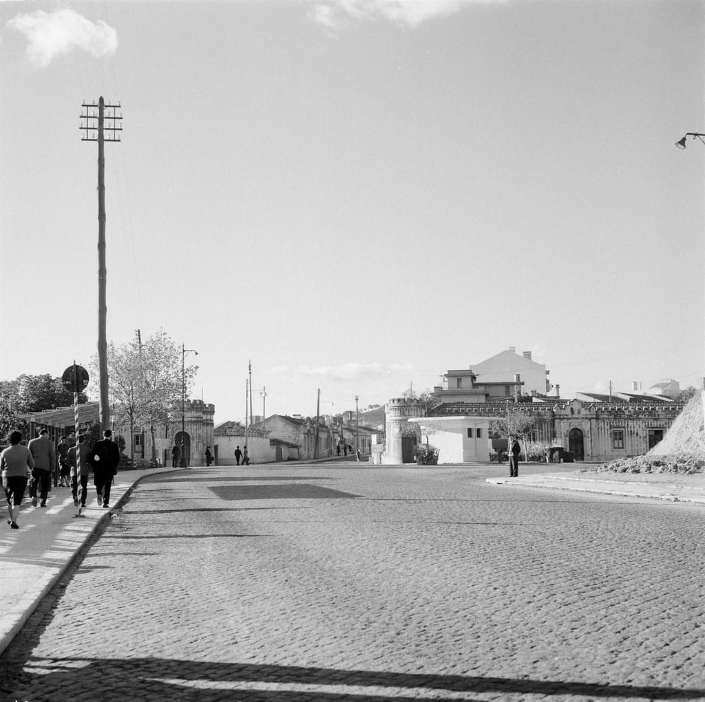 Portas de Benfica e posto de Polícia de Viação e Trânsito, Lisboa (A. Madureira, 1961)
