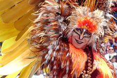 Danseur dans son costume tout en plumes au Farmers Santa Parade d'Auckland, Nouvelle Zélande (Christian Chene Tahiti) Tags: canon 7d auckland parade ambiance christmas noël fête costume danseur plume déguisement costumé maquillé peinture jaune marron visage couleur colour orange blanc printemps spring nz extérieur farmerssantaparade santaclaus farmers merrychristmas