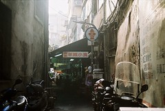 (YL.H) Tags: 台北 alley foodstall 底片 taipei taiwan film kodak canon colorplus analog