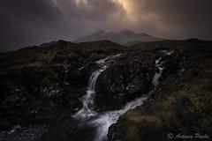 Buscando la luz (Antonio Puche) Tags: antoniopuche paisaje landscape montañas mountains sligachanwaterfalls scotland escocia cascada waterfalls sligachan cullin nikon nikond810 nikon173528