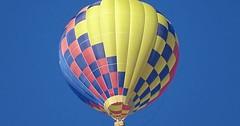 """Der Ballon. Die Ballons oder die Ballone. Mit einem Heißluftballon kann man in die Luft steigen. Einen Luftballon kann man aufblasen. • <a style=""""font-size:0.8em;"""" href=""""http://www.flickr.com/photos/42554185@N00/38224485981/"""" target=""""_blank"""">View on Flickr</a>"""