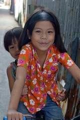 pretty girl with brother on a bicycle (the foreign photographer - ฝรั่งถ่) Tags: sep42016nikon pretty girl child brother bicycle khlong lat phrao portraits bangkhen bangkok thailand nikon d3200