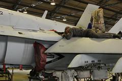 Mecánicos del Aire (Ejército del Aire Ministerio de Defensa España) Tags: f18 mcdonnelldouglasf18 ala12 baseaéreadetorrejón aeronáutica avión aviación aviónmilitar