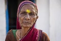 BADAMI : PORTRAIT D'UNE VIEILLE FEMME (pierre.arnoldi) Tags: inde india pierrearnoldi photoderue photooriginale photocouleur photodevoyage photographequébécois badami karnataka portraitdefemme