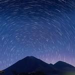 Rastro de estrellas sobre el volcán de Pacaya. El rastro de estrellas se forma a partir de una serie de fotos de larga exposición, que se junta. O sobreponen de tal forma que el movimiento de las mismas se mira como un trazo circular. Si la cámara apunta thumbnail