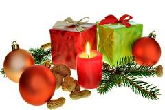 Weihnachten 25 (nhanbkvn) Tags: weihnachten weihnachtsfest weihnachtskugel päckchen schleife weihnachtsschmuck weihnachtsdekoration dekoration nuss dekorieren kerze paket festlichkeit christmas geschenk fest tannenzweig tannenzapfen weihnachtsgeschenk weihnachtsmann nikolaus present closeup flora bunt germany