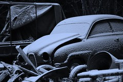 Tidens bubbla (tusenord) Tags: snö bil fotosöndag svartvit monochrome snow övergiven fs171126 car overgiven fotosondag old abandoned