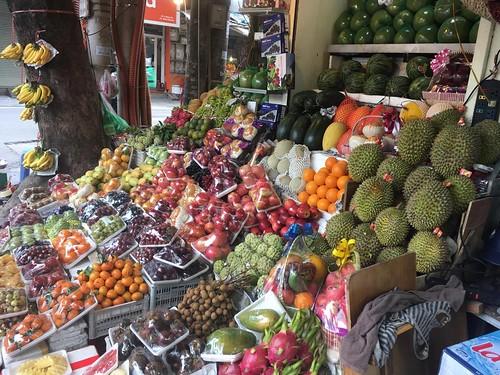 Ici il existe de nombreux fruits très différents de chez nous. Nous vous les décrirons plus en détail une prochaine fois.