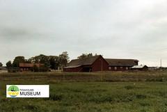 tm_1266 (Tidaholms Museum) Tags: färgat positiv byggnad exteriör stuga 1999 gård tidaholm