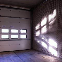 Reflection (sander_sloots) Tags: overhead door roldeur vlaardingen losstraat aristide briandring albertheijn light sunlight zonlicht raampjes reflectie