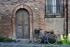 7 (mikael_on_flickr) Tags: 7 seven sette syv sieben cykel bicicletta bici bike bicycle port porta tür dør ferrara emiliaromagna door mattoni bricks blu blue blau bleu blå nummer number numero house palazzo architecture architettura arkitektur detail detalje particolare