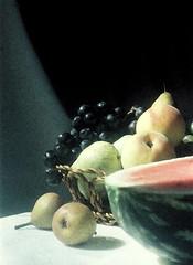 Natureza morta | Still life | Nature morte | Natura morta | Naturaleza muerta | Stillleben | натюрморт (António José Rocha) Tags: portugal naturezamorta composição frutos pera uvas cesta vime melancia pêssegos luz