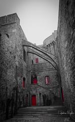 Une touche de rouge - Saint-Malo (Ludvina.P) Tags: saintmalo illeetvilaine rouge noiretblanc nb nikon nikond3100 blackandwhite bw bretagne breizh bzh fortifications