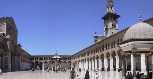 Damaskus, Omayadenmoschee, Ansichten vom Moscheehof mit weissem Marmor und Arkaden und dem Glockenhaus
