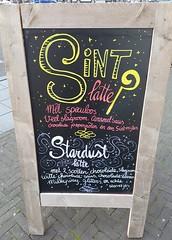 Sint & Stardust latte!! (Daniella Velings) Tags: sintlatte stardustlatte latte coffee koffie cutefind havetotrythis sinterklaas sintnicolas sprinkles glitter stars sterretjes streetfinds streetartistry chalkboard krijtbord