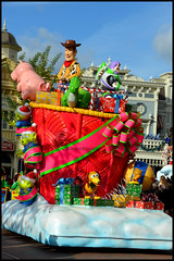 La parade de Noël (ramonawings) Tags: perenoel santaclaus santa claus noel noël parade paradedenoel 2017 disneylandparis2017 disneylandparis paris france disney dlp clown clarabelle boat planes plane avion toys toyland woody buzz mickey minnie mickeymouse minniemouse mouse donald donaldduck duck